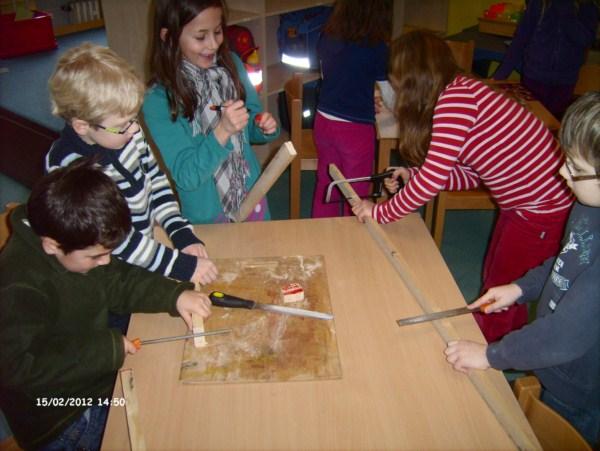 Kinder bauen mit Holz