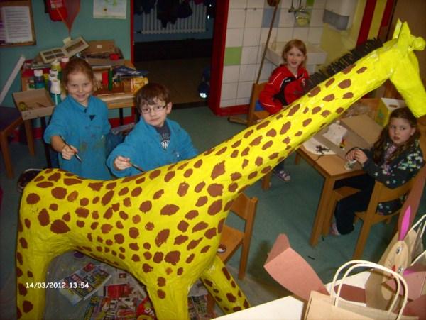 Kinder bauen eine Giraffe