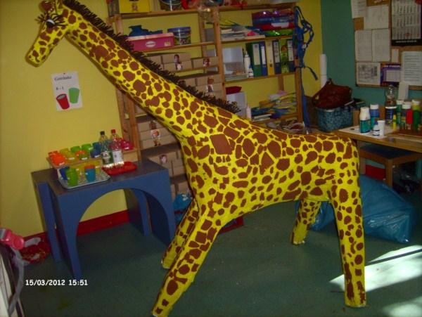 Eine Giraffe aus Pappe