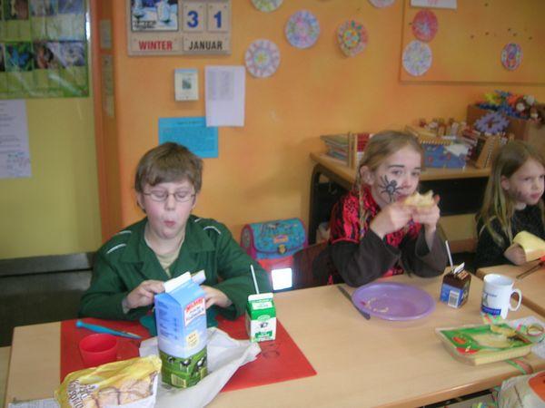 Kinder beim Karnevalsfrühstück