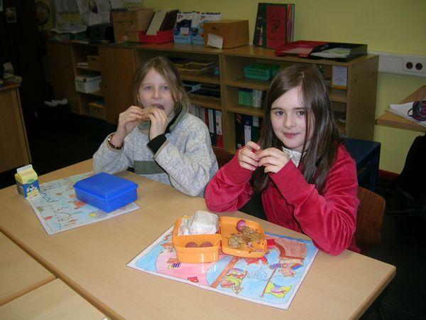 Kinder frühstücken in der Schule