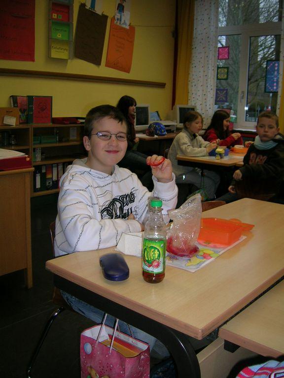 Kind frühstückt in der Schule