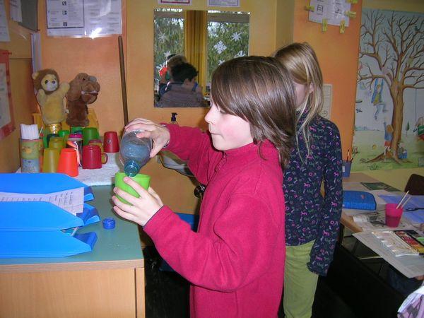 Kinder trinken Wasser während des Unterrichtes