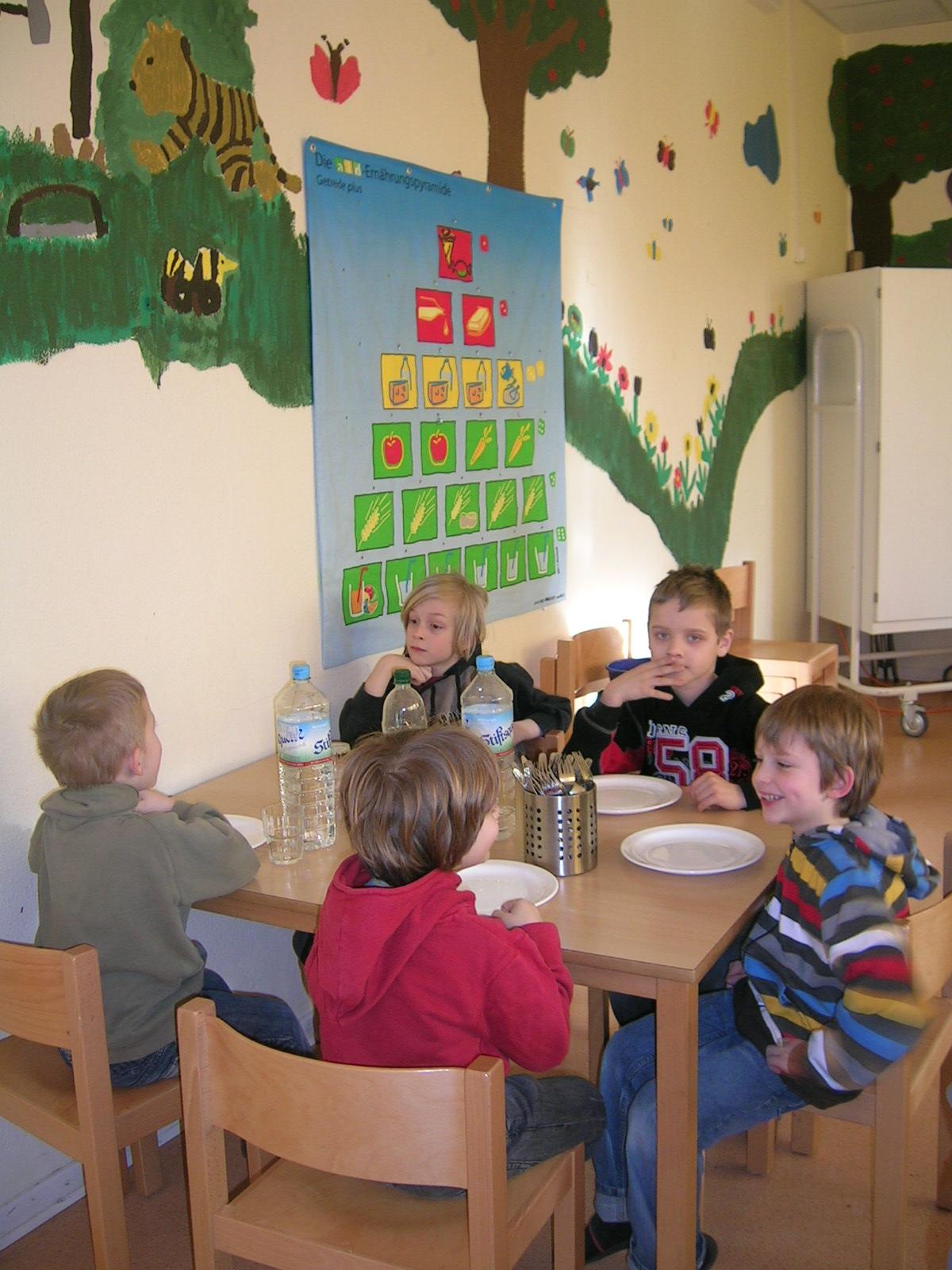 Kinder sitzen im Essraum der THS