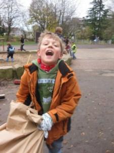 Kind mit Laubsack