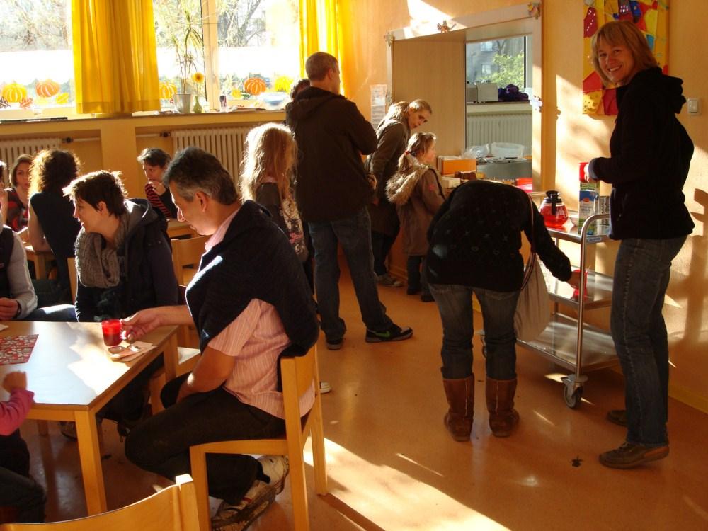 Eltern,  Kinder und Lehrerinnen helfen beim Aktionstag