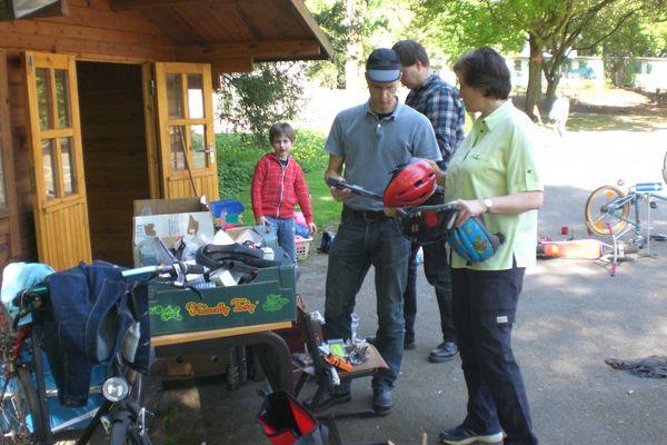 Kinder und Eltern reparieren Fahrräder