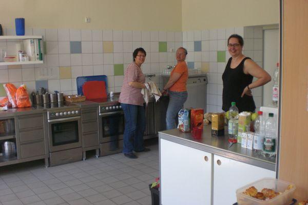 Freundliche Helferinnen in der Schulküche