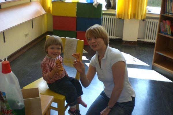 Lehrerin mit Kind in der Bücherei