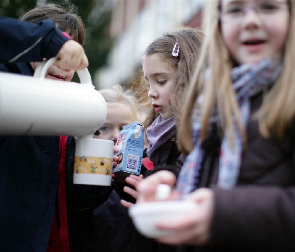 Kinder und Eltern stärken sich mit warmen Getränken