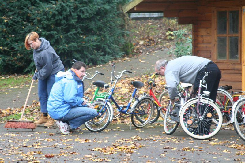 Eltern reparieren Fahrräder