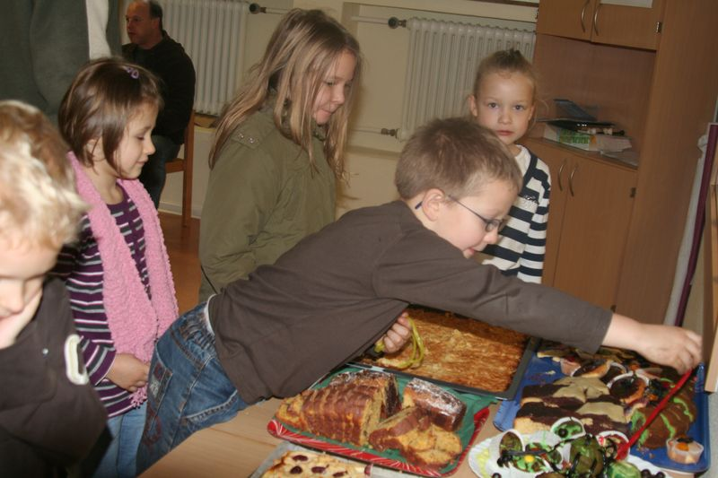 Kinder beim Mittagsimbiss