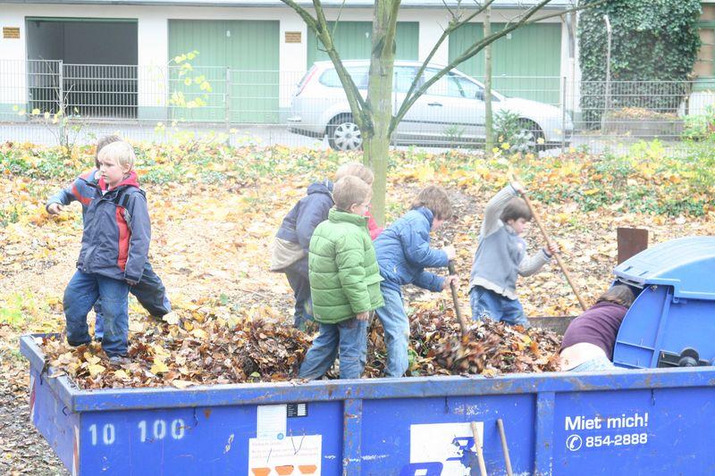Kinder bei der Gartenarbeit