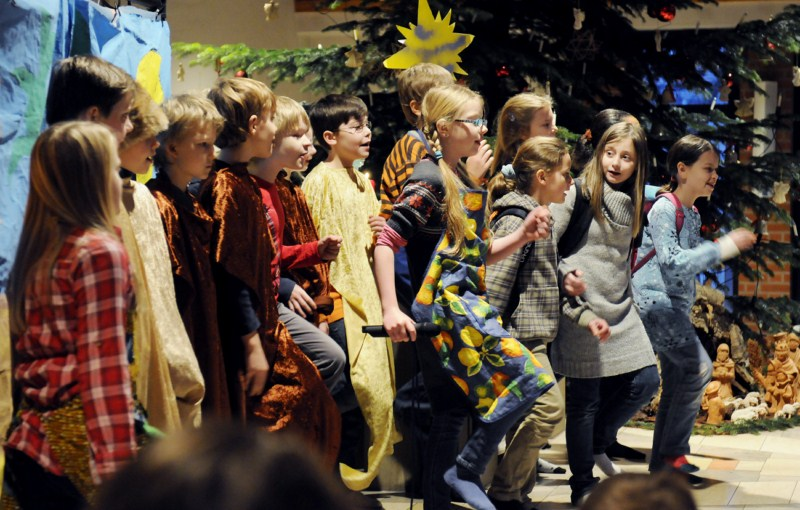 Kinder bei der Aufführung im Weihnachtsgottesdienst