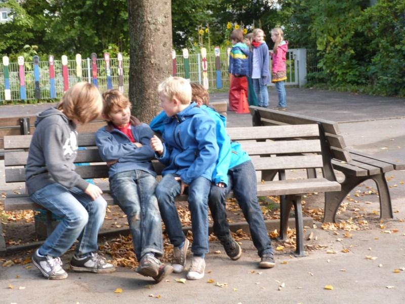 Große Spielpause: Kinder spielen auf dem Schulhof