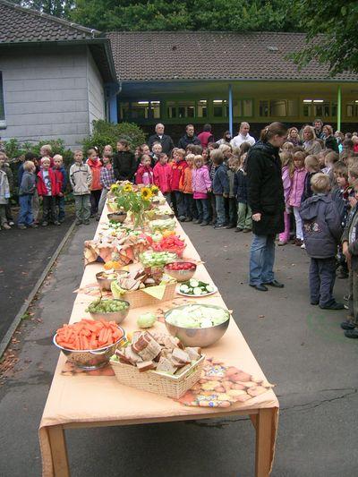 Kinder an der Herbsttafel