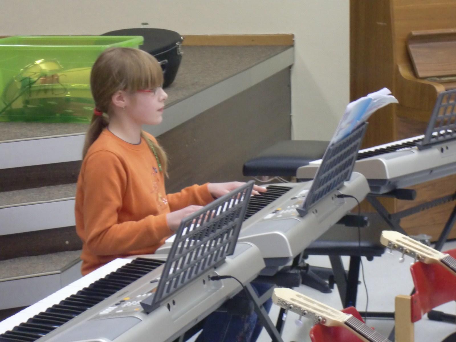 Kinder spielen auf Musikinstrumenten