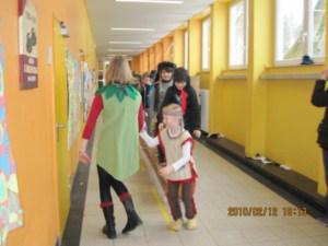 Polonäse der verkeideten Schulkinder