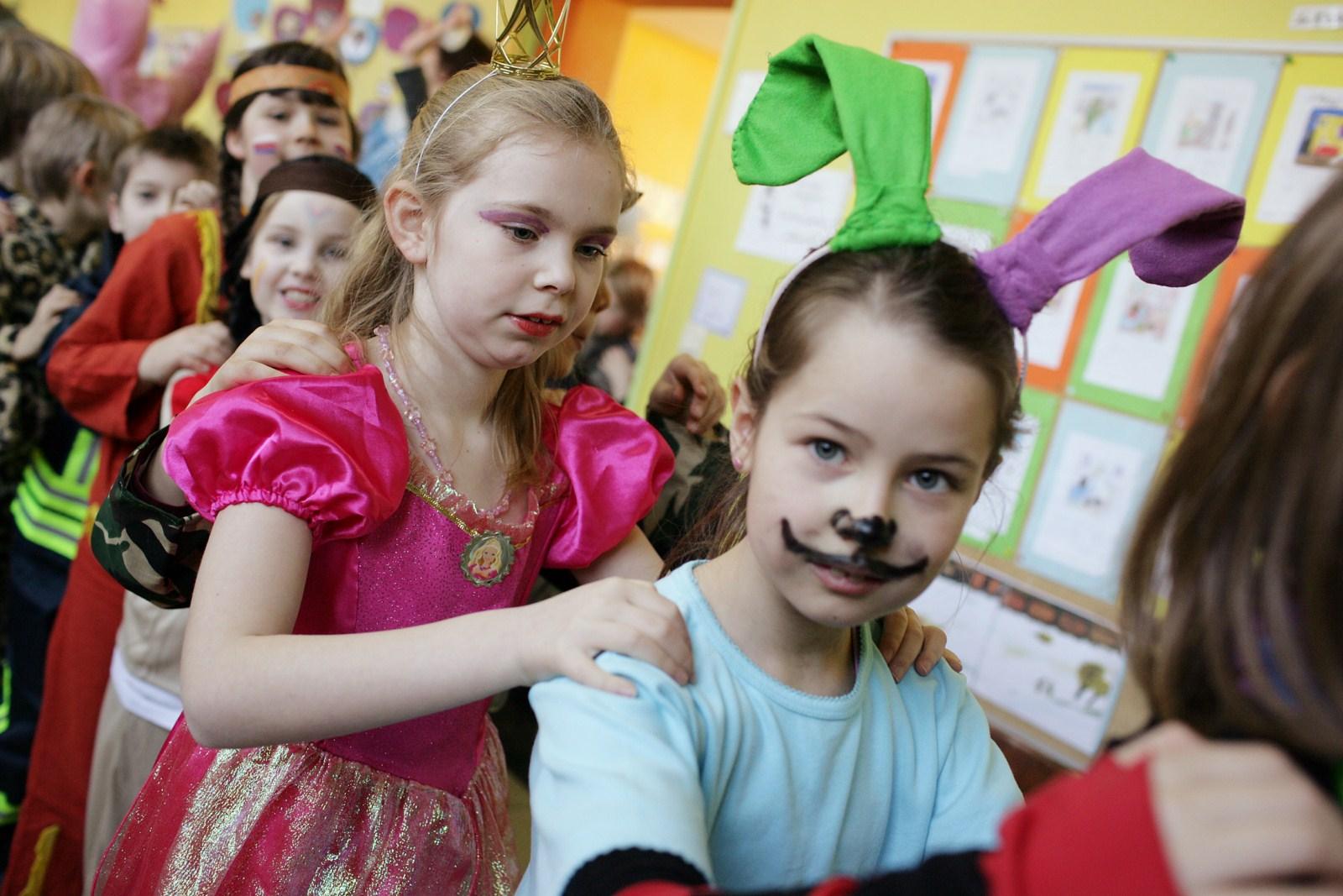 Kinder feiern Karneval