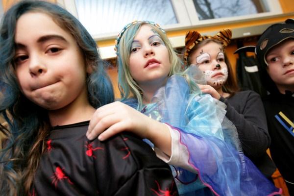 Kinder und LehrerInnen feiern Karneval