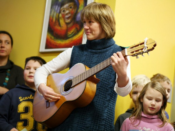 Lehrerin spielt Gitarre