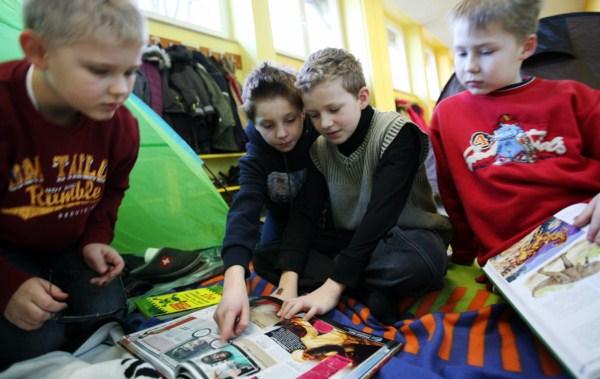 Kinder lesen Bücher in der Schule