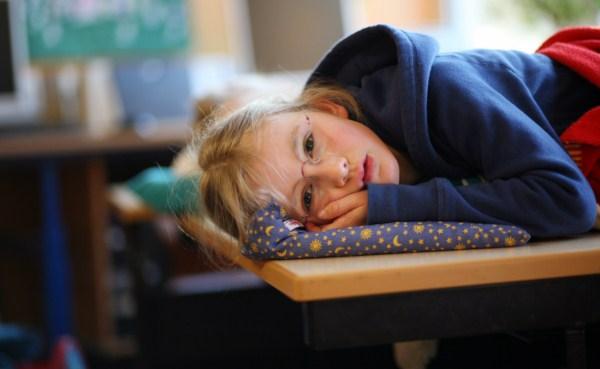 Kinder lesen Bücher am Lesetag in der Schule