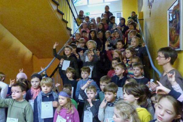 Lesetag in der Schule: Kinder im Foyer der Schule