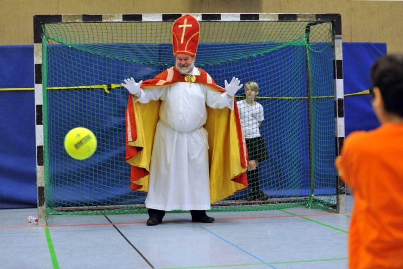 Der Nikolaus im Tor beim Nikolausturnier Fussball