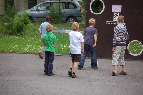 Kinder spielen Spiele auf dem Schulfest