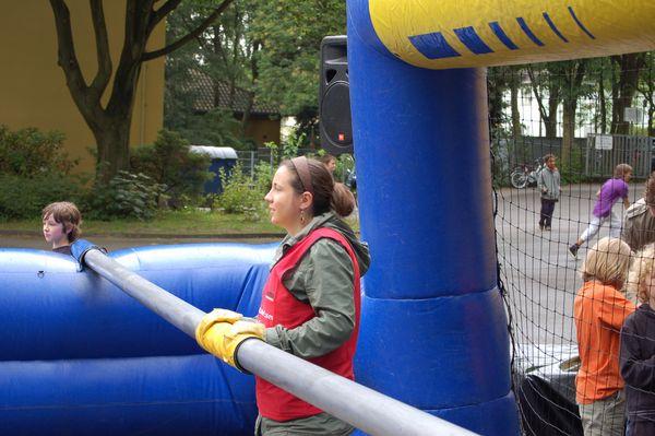 Lehrerinnen,  Eltern und SchülerInnen im lebendigen Kicker