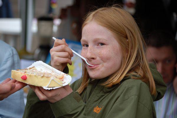 Kind isst ein Stück Torte