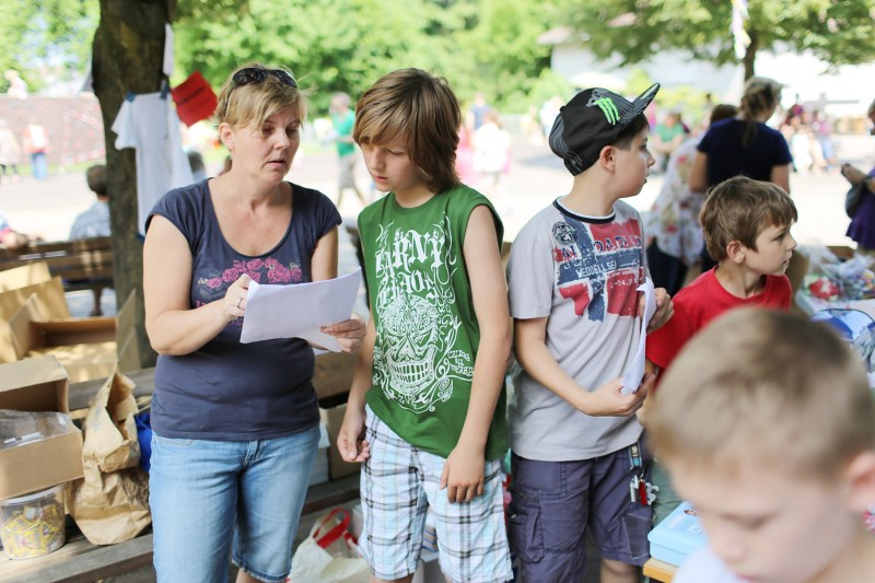 Kinder und Eltern beim Schulfest