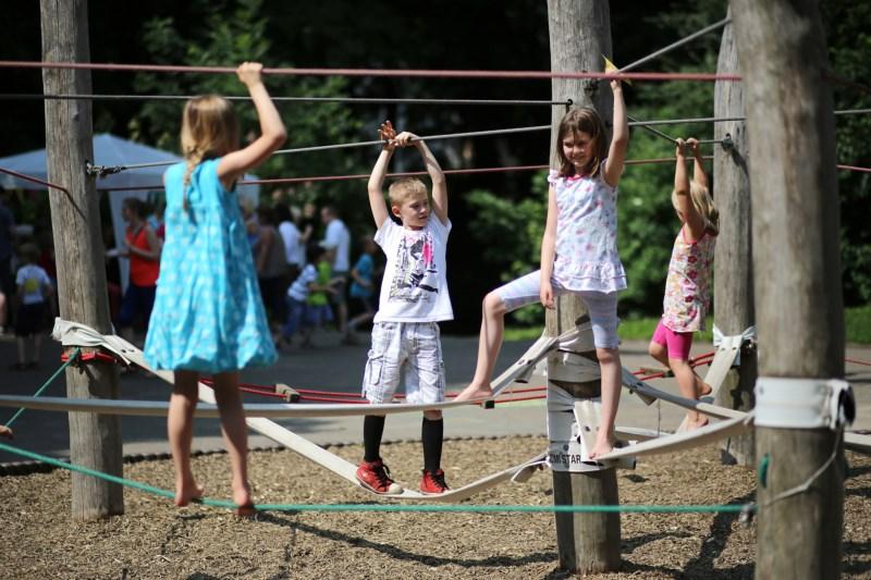 Kinder auf dem Seilgarten Schulfest