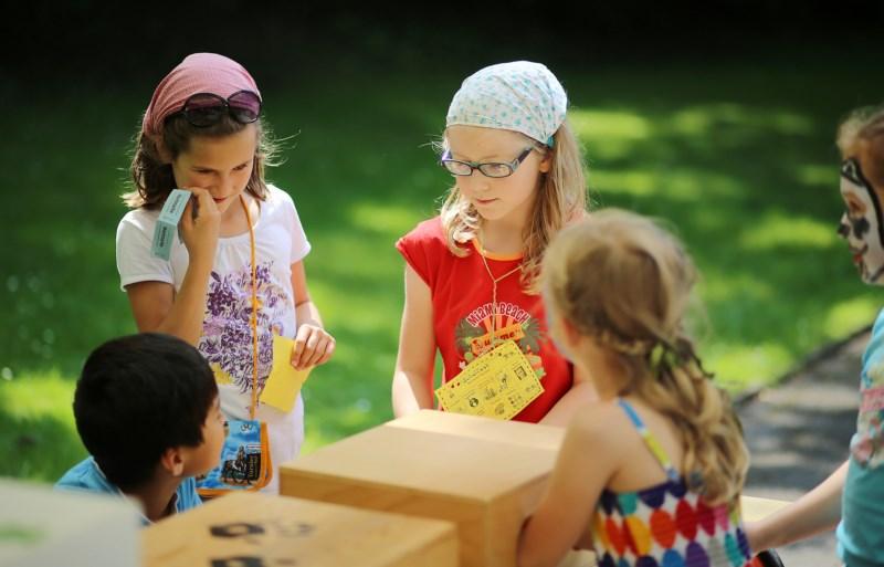 Kinder auf dem Schulfest