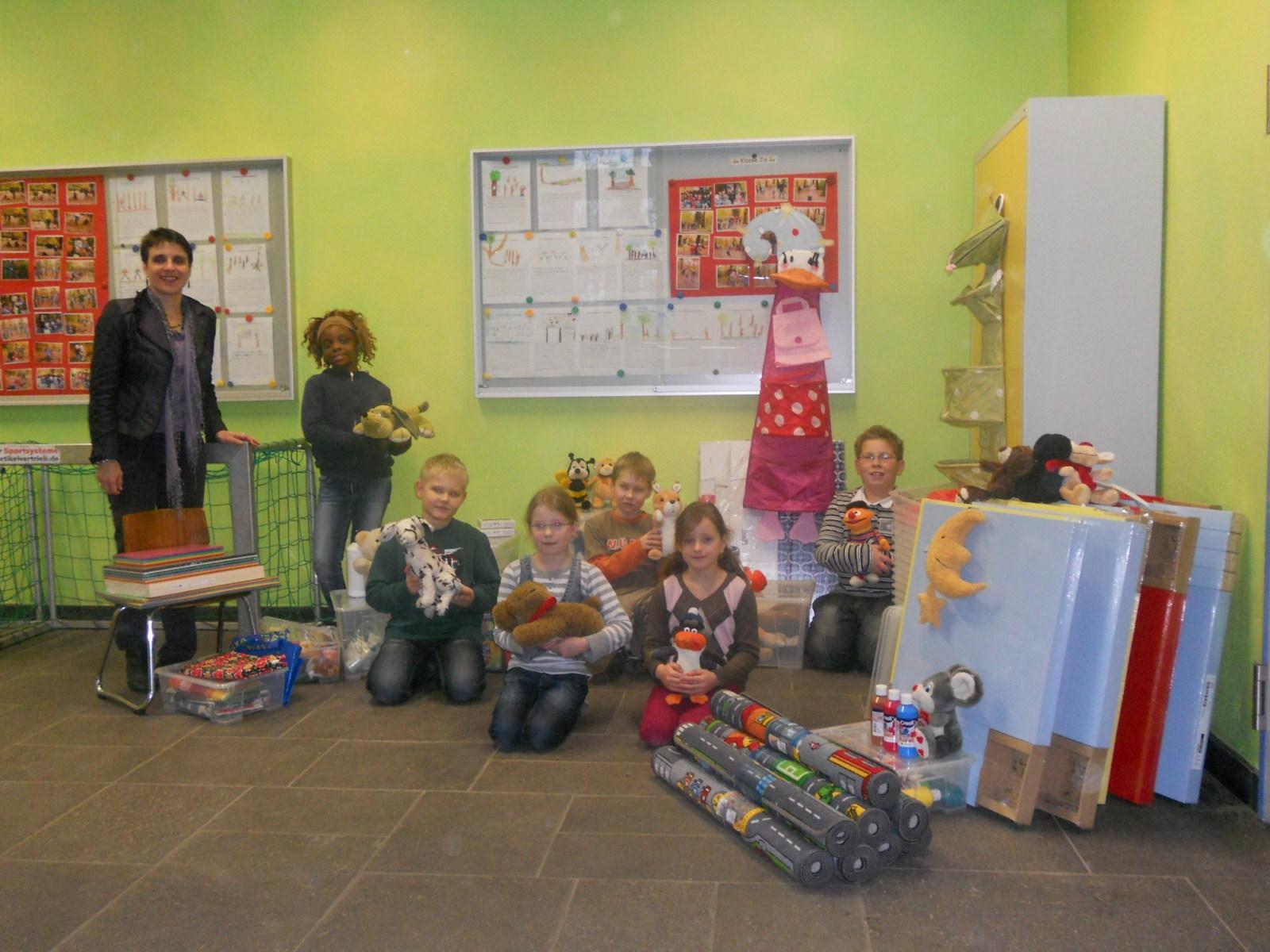 Kinder mit Spenden für Das Friedensdorf