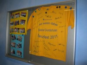 Pinnwand der Schule mit großem T-Shirt