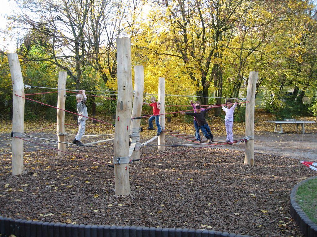 Kinder im Niedrigseilklettergarten