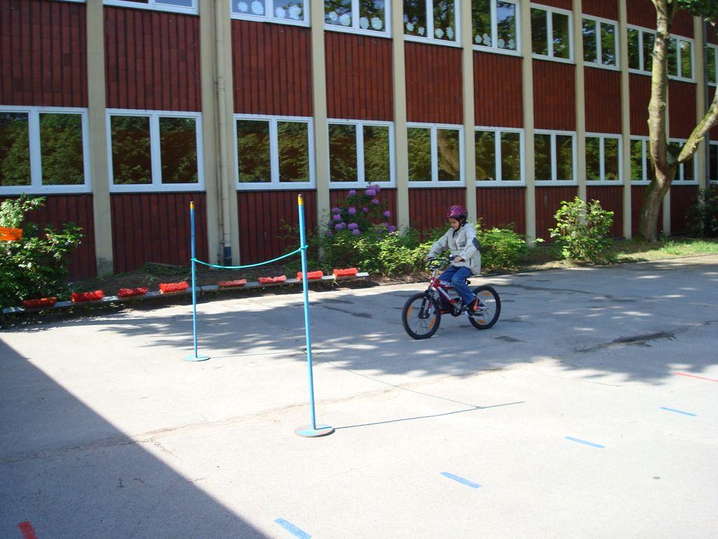 Kind macht Bremsübungen mit dem Fahrrad