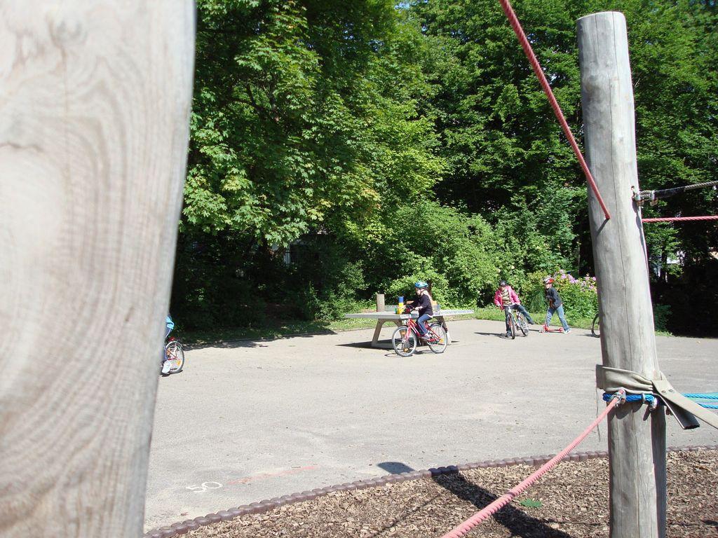 Kinder machen Geschicklichkeitsübungen mit dem Fahrrad