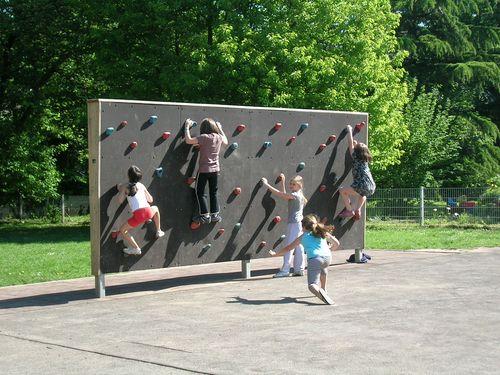 Kinder klettern an der Kletterwand
