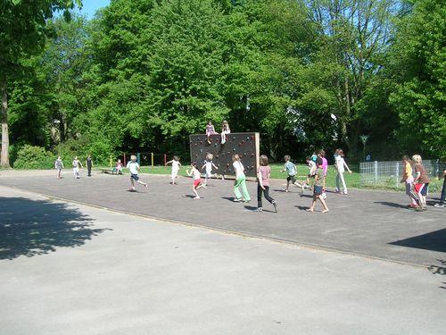 Kinder spielen Lauf -und Fangspiele auf dem Schulhof