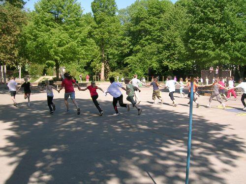Kinder machen verschiedene Staffelläufe im Spielsportunterricht