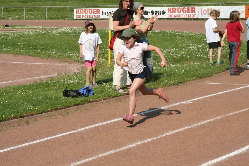 Kinder beim Anlauf zum Weitsprung