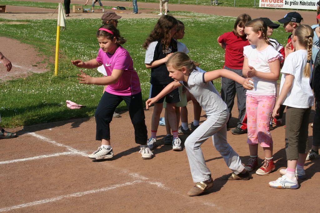 Kinder beim 100m Lauf