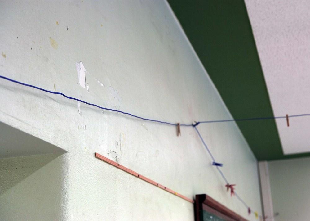 Wand mit Löchern im Putz